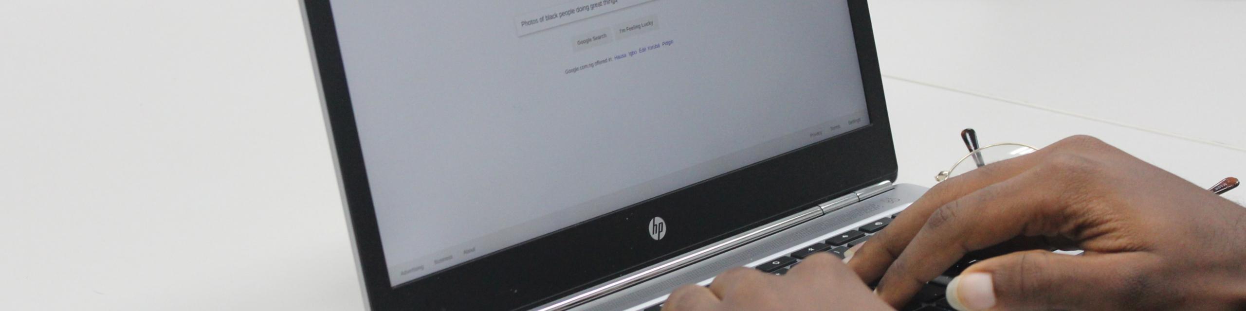 Personne tapant sur le clavier d'un ordinateur